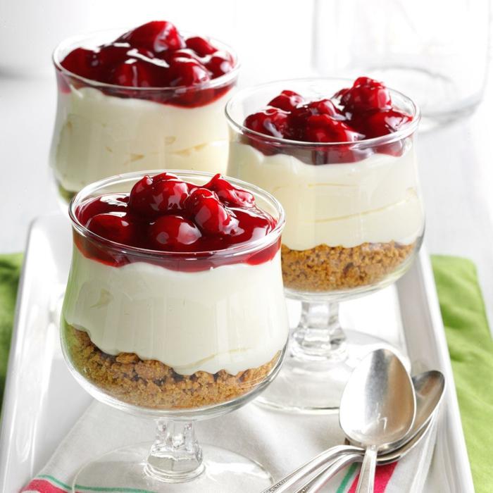 recetas de postres faciles y rapidos, vaso con galletas molidas, crema de natilla y mermelada de cerezas