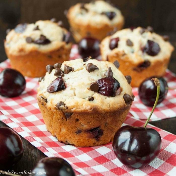magdalenas con trozos de cerezas y chocolate en mantel de cuadros, postres caseros faciles y rapidos
