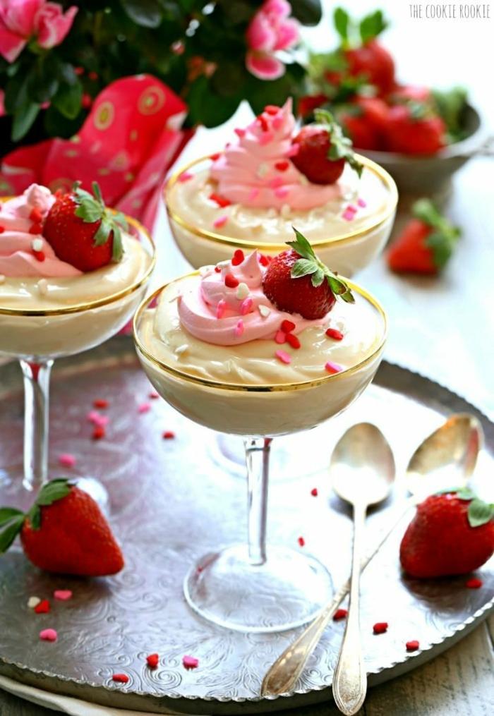 crema de vainilla en vasos de coctail con decoracion de fresas, postres frios de hacer en casa