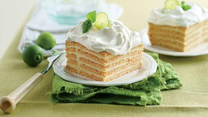 tarta con crema decorada con natilla por encima, lime y hojas de menta, postres frios de hacer en casa