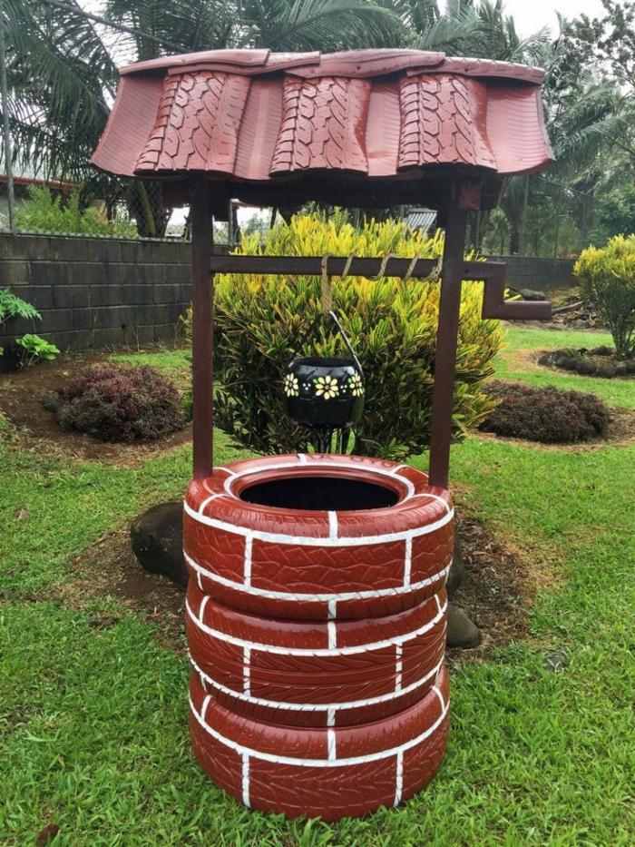 decoracion de jardines rústicos, pozo de decoración con tres neumáticos y techo tamién con neumáticos