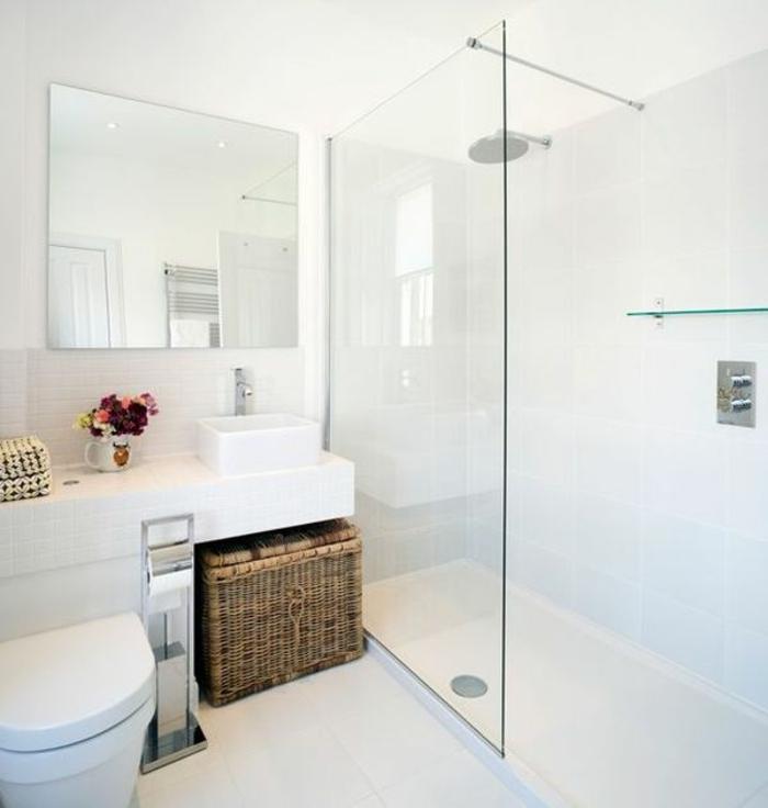 aseos pequeños decorados en blanco en estilo moderno minimalista, grande espejo y cabina de ducha