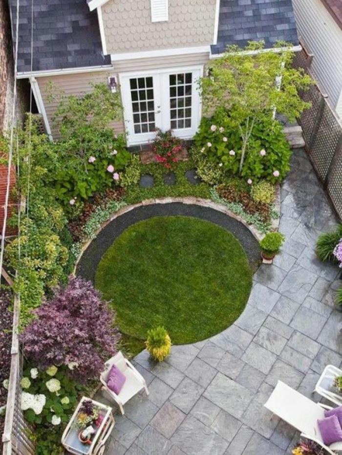 trucos de decoración decoracion de jardines pequeños, jardín con césped en forma oval