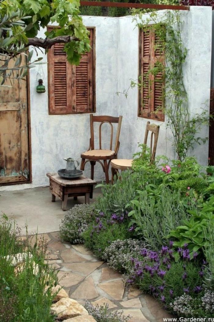 decoracion de jardines pequeños en estilo mediterráneo, muebles de madera efecto desgastado