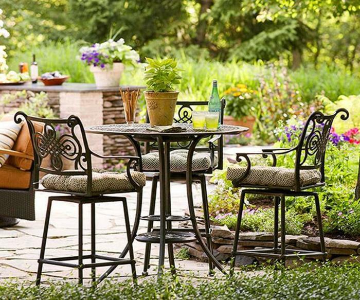 jardín de encanto con muebles pequeños, cómo organizar el espacio en un patio pequeño