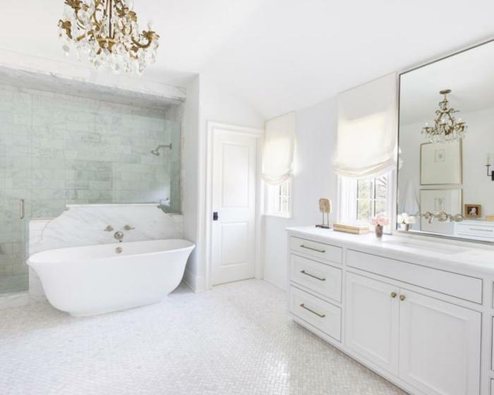 precioso baño de tamaño grande con bonita bañera y paredes en verde claro, decoracion cuartos de baño vintage