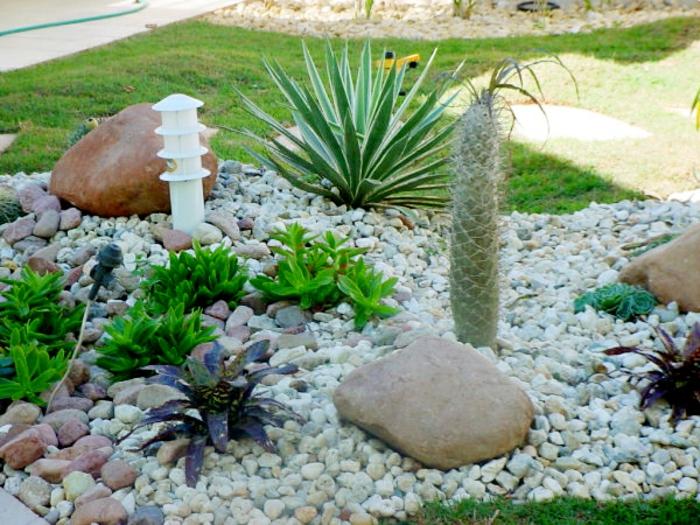 ideas de decoración jardines en estilo mediterráneo, canto rodado, grandes piedras decorativas y plantas suculentas