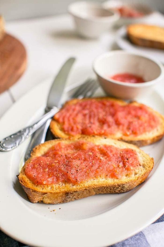 ideas sencillas de desayunos faciles y rapidos, tostadas con tomate y aceite de oliva, desayunos nutrientes ideas