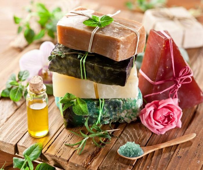 ideas sobre cómo hacer jabón casero con esencias aromáticas, jabones de diferente color y aroma