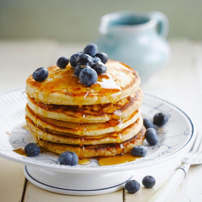 tortitas con miel y arándanos servidos en plato blanco, postres de leche condensada fáciles