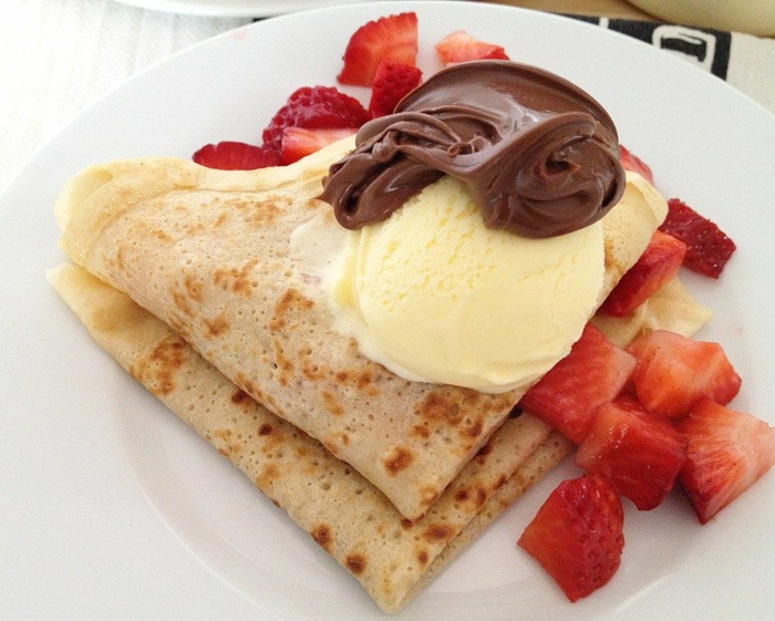 recetas de postres faciles y rapidos, crespes decorados con helado de vainilla, nutella y trozos de fresas