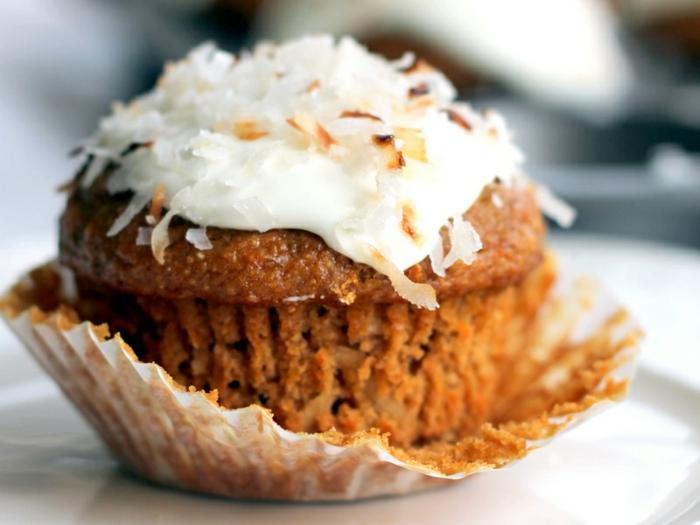 recetas de postres faciles y rapidos, magdalena con embalaje roceada con rallado de coco por encima