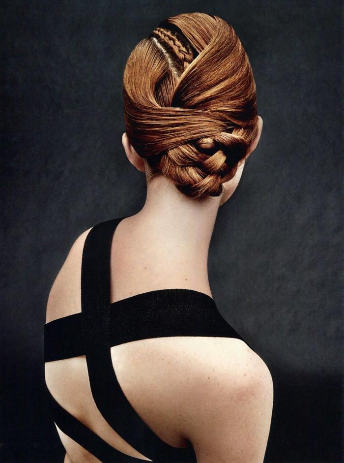 fotos de peinados super originales y sofisticados, pelo recogido con trenzas, vestido en negro con espalda descubierta