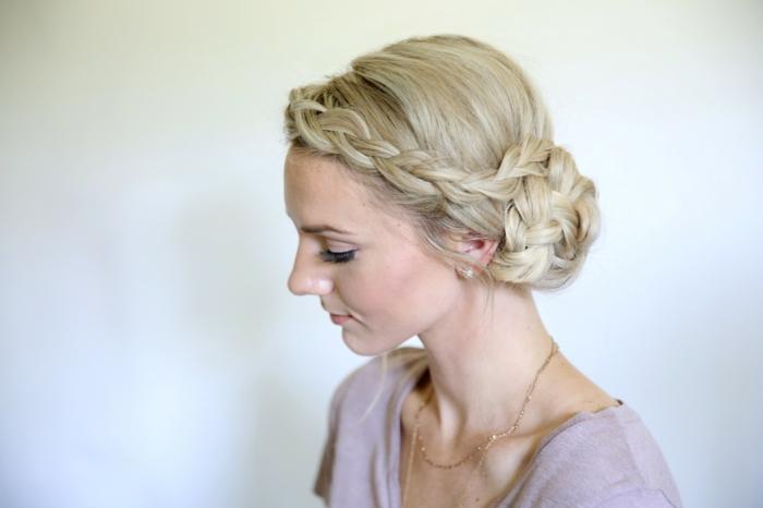 bonito recogido con trenzas de raiz laterales, pelo largo rubio, ideas de peinados para novias