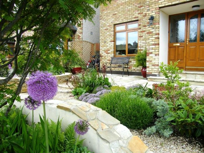 preciosas ideas de decoración rocallas con flores, suelo con canto rodado y arbustos ornamentales