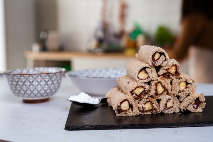 ideas en cinco minutos para los desayunos fin de semana, rollos de pan integral fritos con chocolate y plátano, fotos de postres