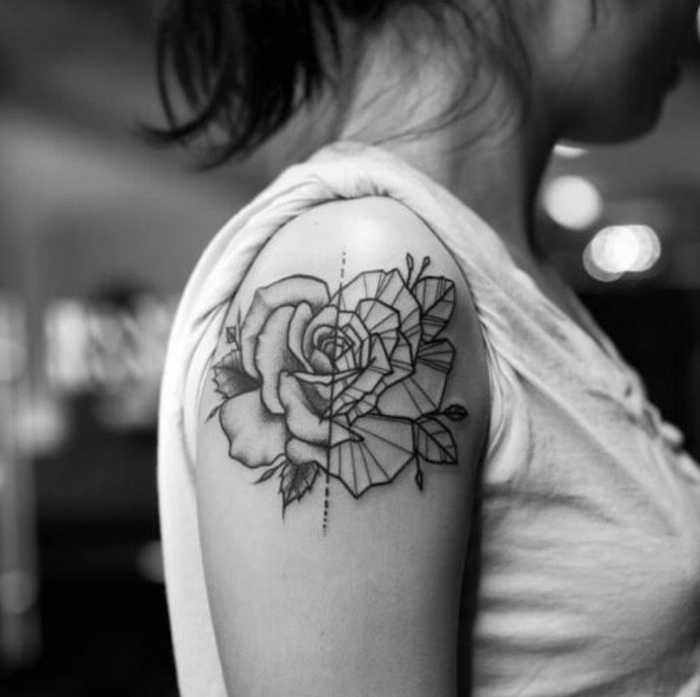 tatuajes de lineas geométricas, grande rosa tatuada en el hombro de dos partes, tatuaje geometrico mujer