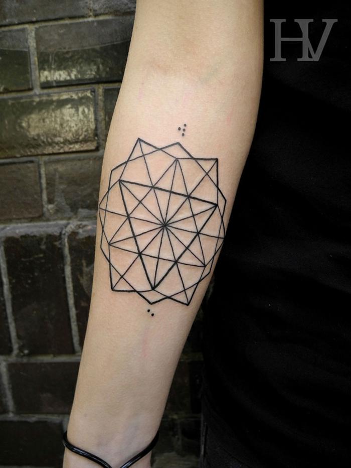tatuajes de lineas en el antebrazo, preciosa figura geométrica con muchos triángulos, idea tattoos geometricos