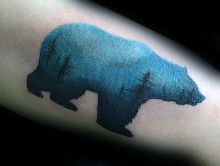 dibujo de oso en azul con árboles, tatuajes familia simbolos, ideas originales diseños de tatuajes 2018