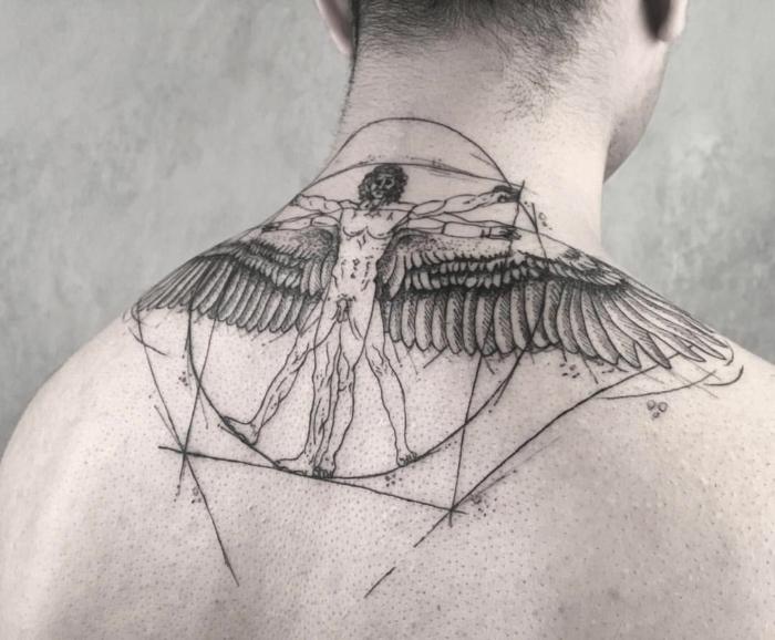 tatuajes simbólicos grandes para hombres, grande dibujo en la espalda, ideas tatuajes personificados con mensaje