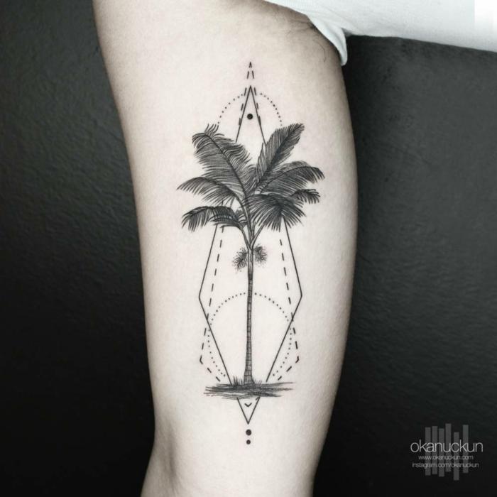 tatuaje circulo con mucho simbolismo, rombo y dibujo de palmera, ideas de tatuajes geometricos hombre