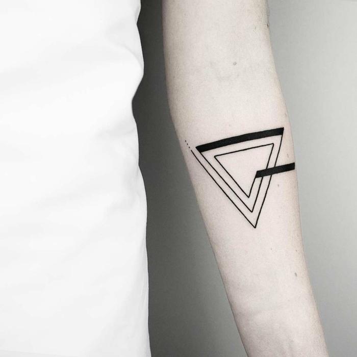 tatuajes geometricos simbolicos, triple triángulo tatuado en el antebrazo, preciosos diseños de tatuajes con significado