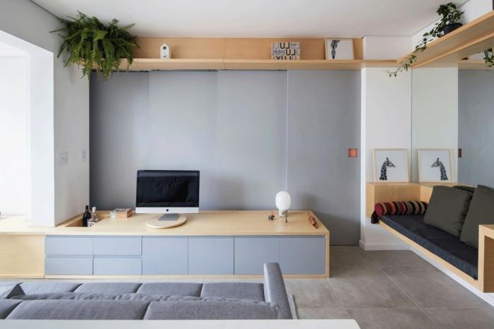 decoracion salon pequeño, sala de estar con estanteria en el suelo y por el techo y con sofa en gris claro