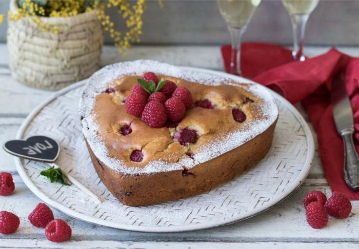 recetas de postres faciles y rapidos, pastel en forma de corazon con frambuesas dentro de el y con azucar molido