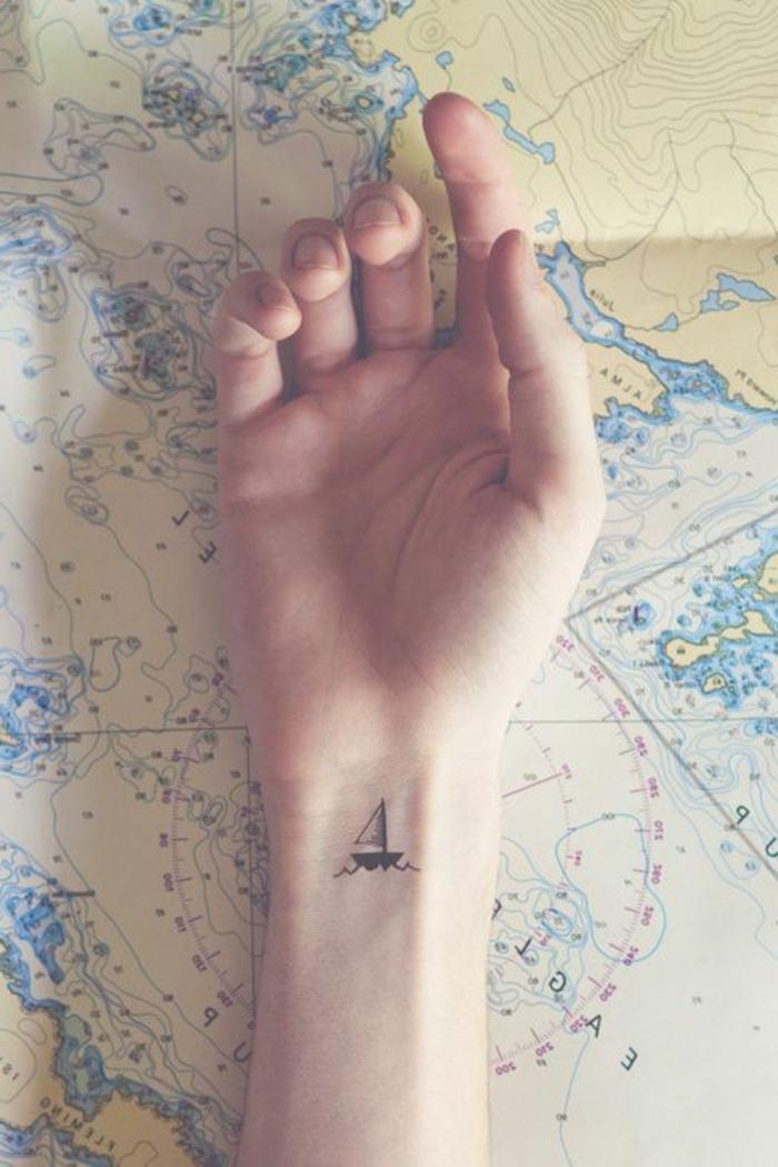 tatuajes para dos ideas, tatuaje minimalista en la muñeca, dibujo de barco en negro, tatuajes con mensaje