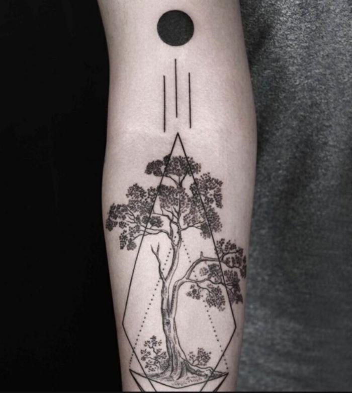 diseño original tatuaje circulo y rombo con dibujo de árbol, ideas de tatuaje con significado escondido