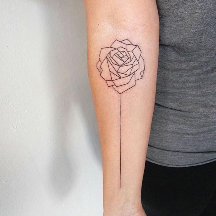rosa geométrica tatuada en el antebrazo, tatuajes con triangulos, significado del tatuaje de la rosa
