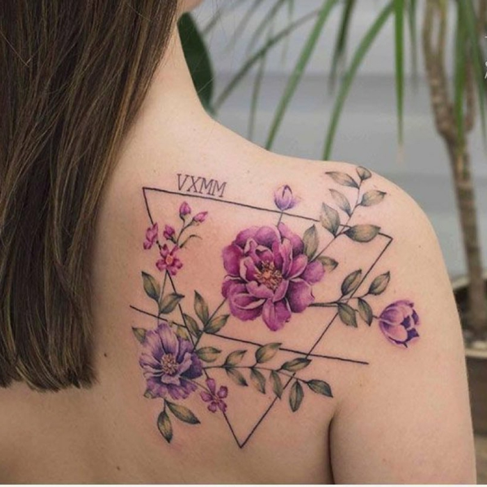 tatuajes simbolicos con triangulos y flores, precioso tatuaje en la espalda, tatuajes con flores bonitos