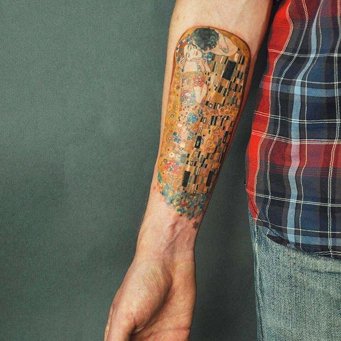 tatuajes con obras de arte, ideas de tatuajes para dos, el beso de Gustav Klimt tatuada en el antebrazo
