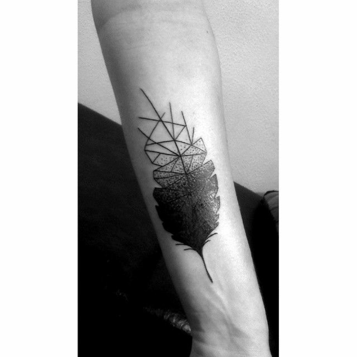 tatuajes de lineas geométricas tatuado en el antebrazo, pluma en negro diseño geométrico