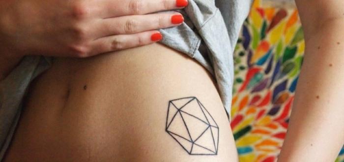 ideas de tattoos pequeños geometricos con significado, hexágono hecho de pequeños triángulos