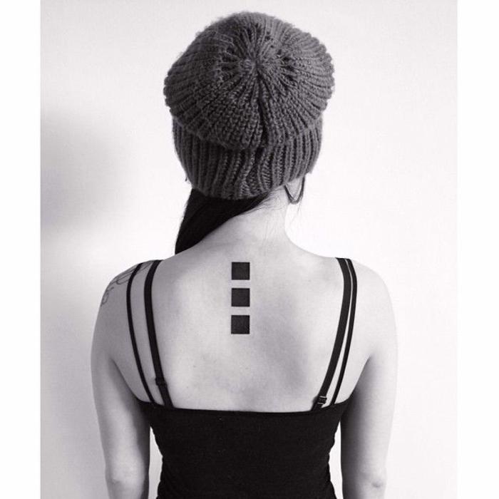 tatuajes para dos, tatuaje original en la columna vertebral, columna de tres cuadros negros tatuada en la espalda
