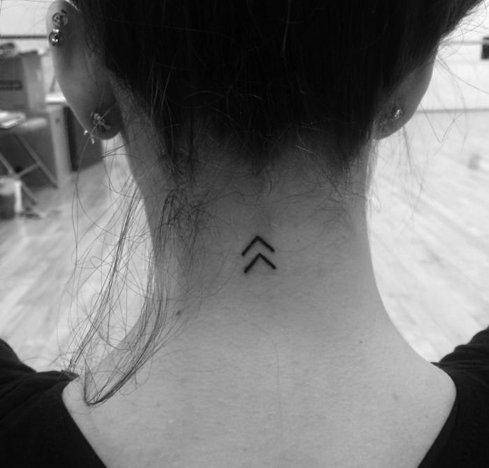 tatuajes minimalistas con significado para mujeres, ideas de tatuajes de amigas, tatuajes en la nuca originales