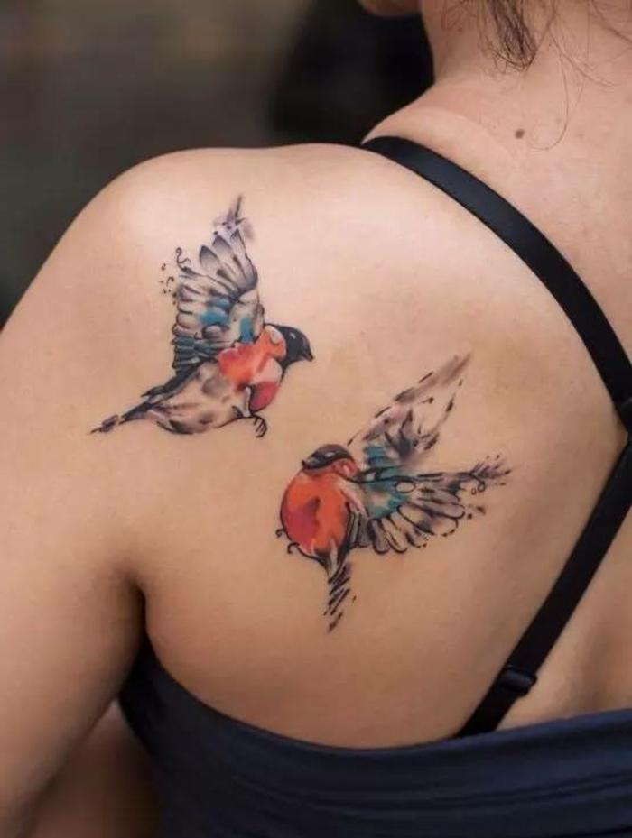 ideas de tatuajes para dos, dos aves en vuelo en colores, preciosas ideas de tatuajes en la espalda