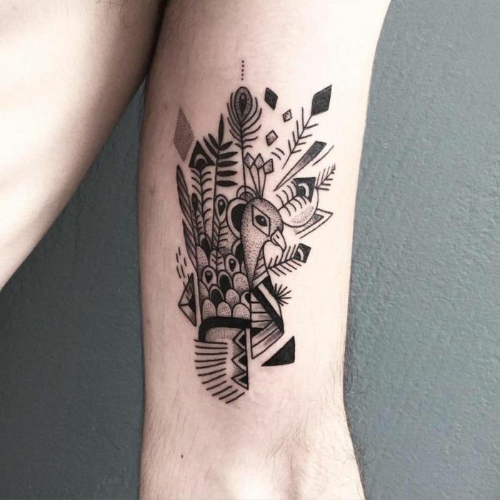 precioso ejemplo tatuajes maories, grande tatuaje con pavo real y muchos detalles geométricos