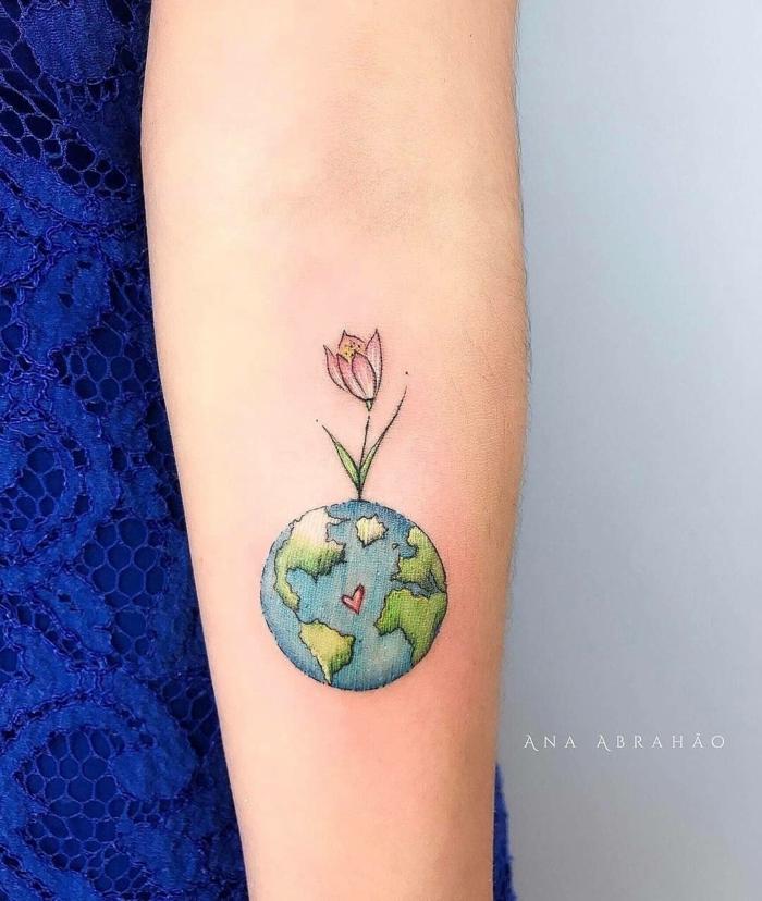 tatuajes pequeños y bonitos con mensaje ecologico, dibujo del planeta con flor, diseños de tatuajes originales