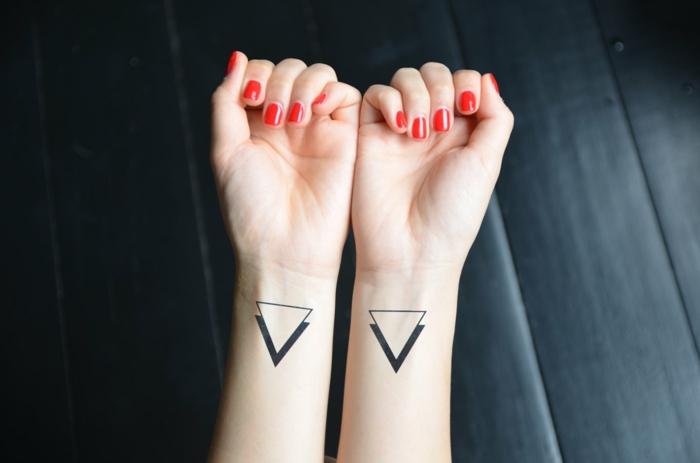 tatoos pequeños en estilo minimaslita tatuados en las muñecas, tatuajes simbolicos con triangulo