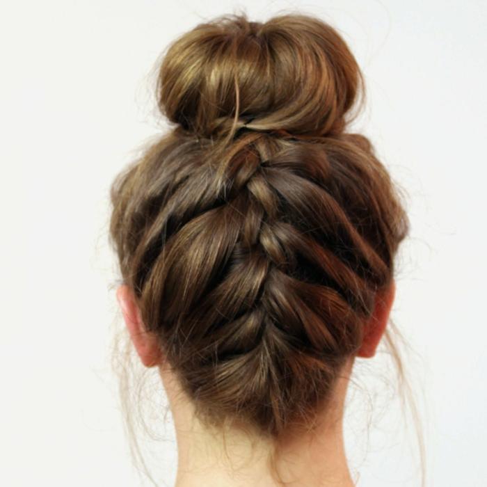 chicas con trenzas invertidas, moño alto con una trenza holandesa invertida, ideas de peinados elegantes