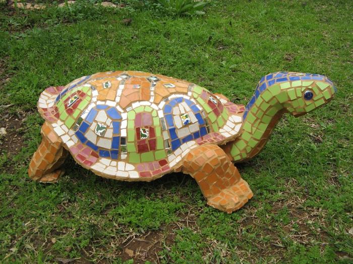 decoracion de jardines rústicos, tortuga para el jardín decorada con mosaico de diferentes colores
