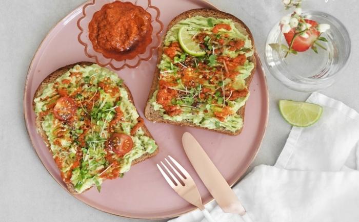 que desayunar antes de correr, tostadas con aguacate machacado, perejil y tomates cherry