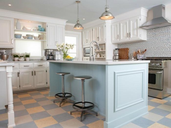 cocina en azul clarito con armarios en blanco y pequeña cocina con lamparas colgantes, barra cocina pared