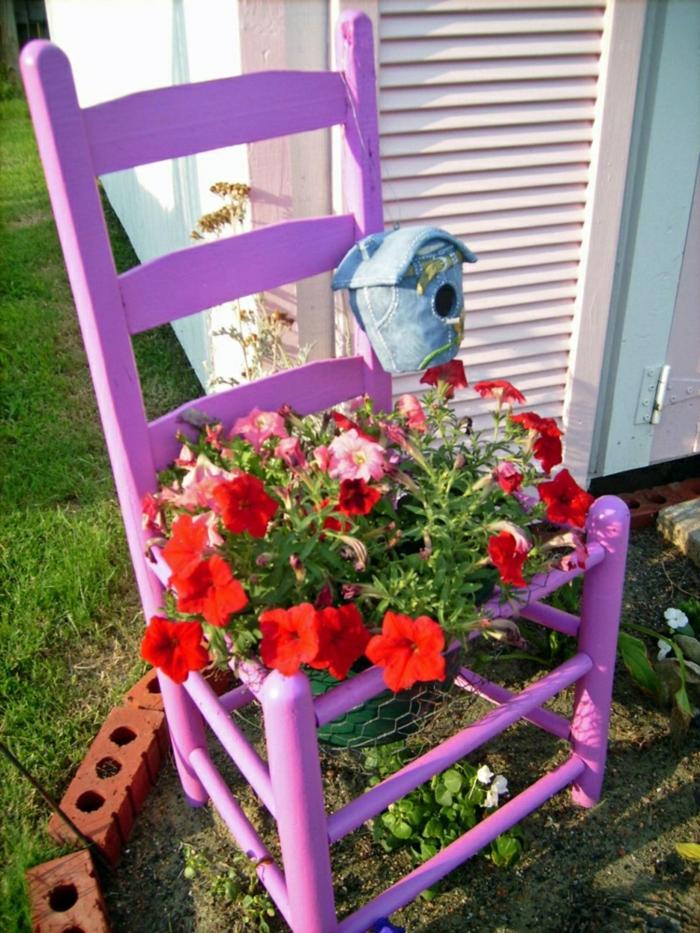 decoracion de jardines rústicos, silla en color lila de madera adaptada para poner maceta con flores en ella