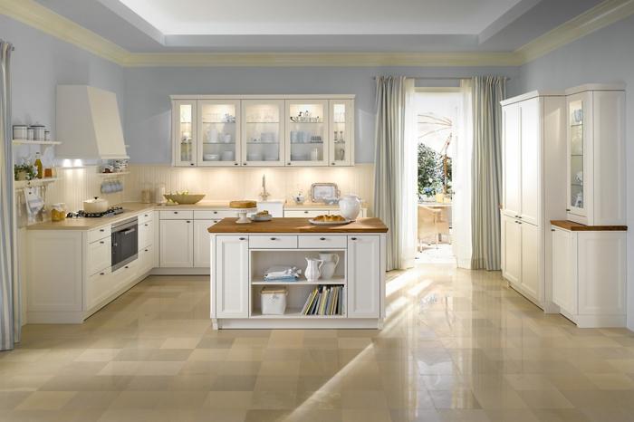barra americana, cocina con paredes en color azul claro con puerta que te lleva a la terraza con cortinas en ella