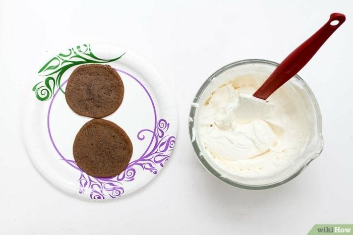 vasitos de postre de hacer en casa, en la foto se ve la forma de preparar la crema y el molde