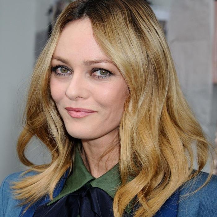 ejemplos de cortes de pelo mujer 2018 media melena, cabello rubio oscuro ondulado, vanesa paradis