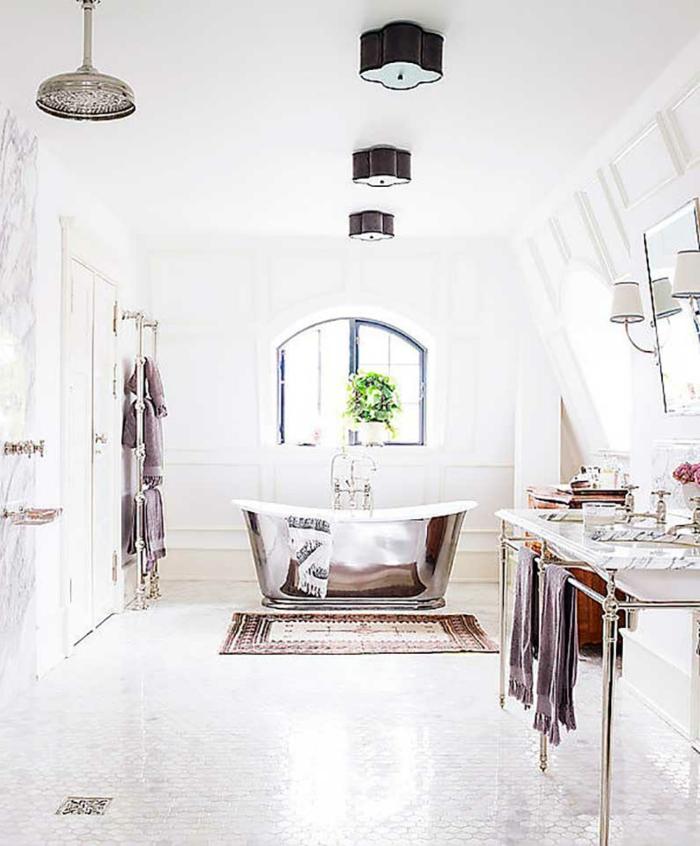 decoracion cuartos de baño en estilo ecléctico, detalles en color metálico, suelo de azulejos con alfombra